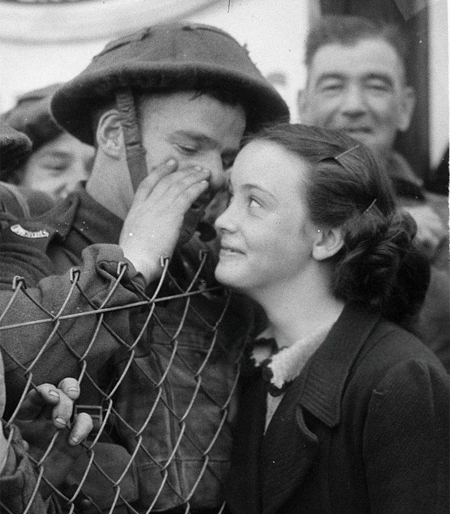 Un britannico Whispers Soldato nell'orecchio di una persona cara mentre si allontana per la parte anteriore del 1939