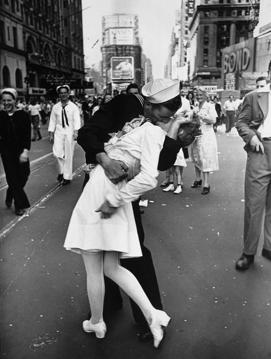 Un marinaio che bacia una infermiera in New York Times Square.  Questo emblematico Foto simboleggia la fine della seconda guerra mondiale 1945