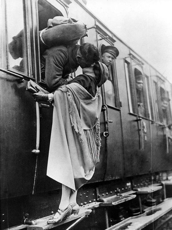 Soldado estadounidense se besan tiernamente a su novia adiós antes de partir en tren, 1922