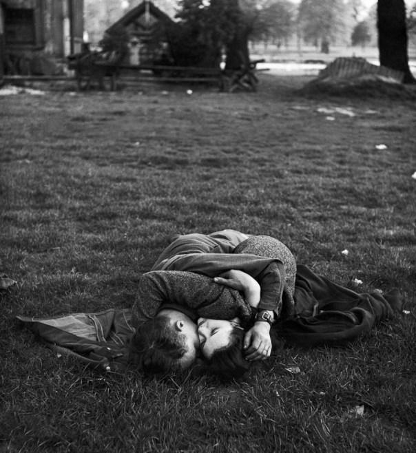 Soldado estadounidense besa a su novia Inglés en el césped por Hyde Park, 1945