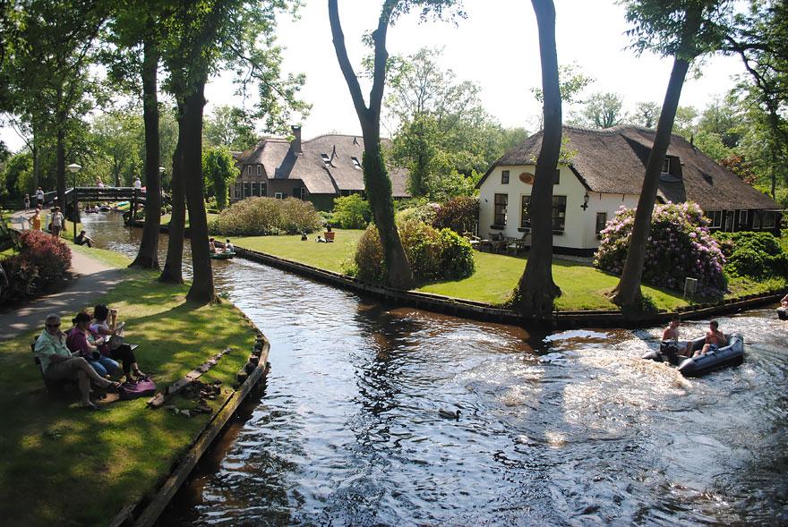 water-village-no-roads-canals-giethoorn-netherlands-5