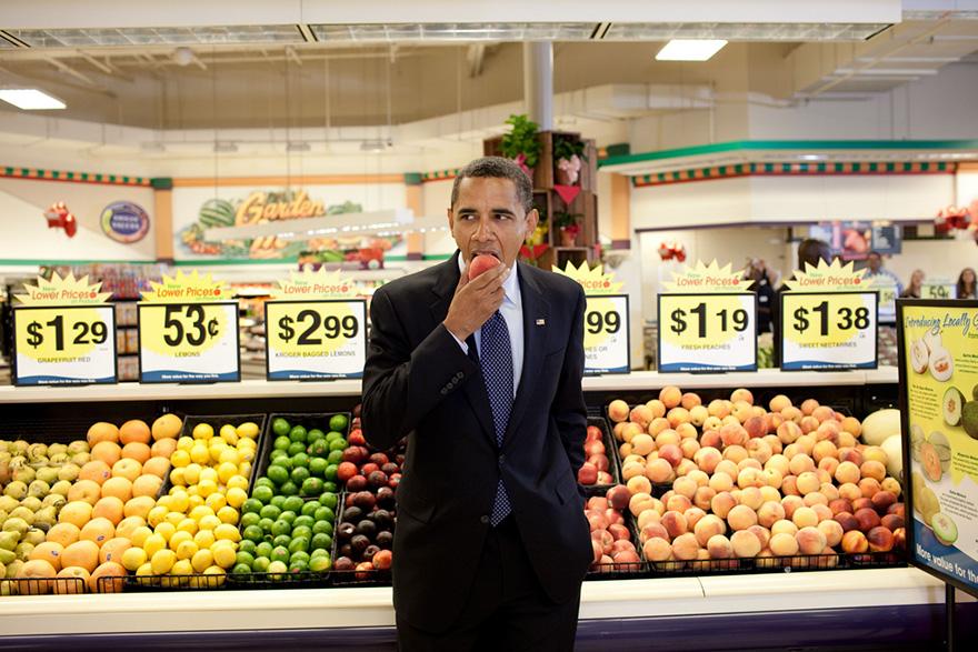 Il presidente Barack Obama Mangia Un Peach seguito di un incontro Municipio Al supermercato della Kroger