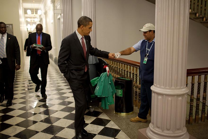 Il presidente Barack Obama a pugno urti depositaria Lawrence Lipscomb