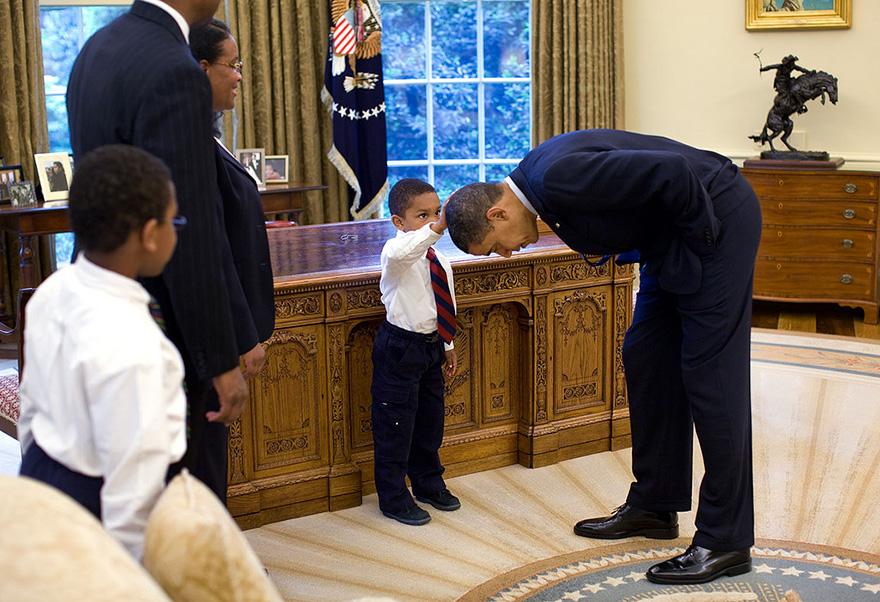 Un giovane ragazzo raggiunge fino alla comparazione dei capelli del presidente al suo