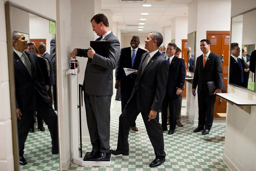 Il presidente Barack Obama mette la punta del piede Scherzando La Scala come direttore viaggio Marvin Nicholson Pesa stesso