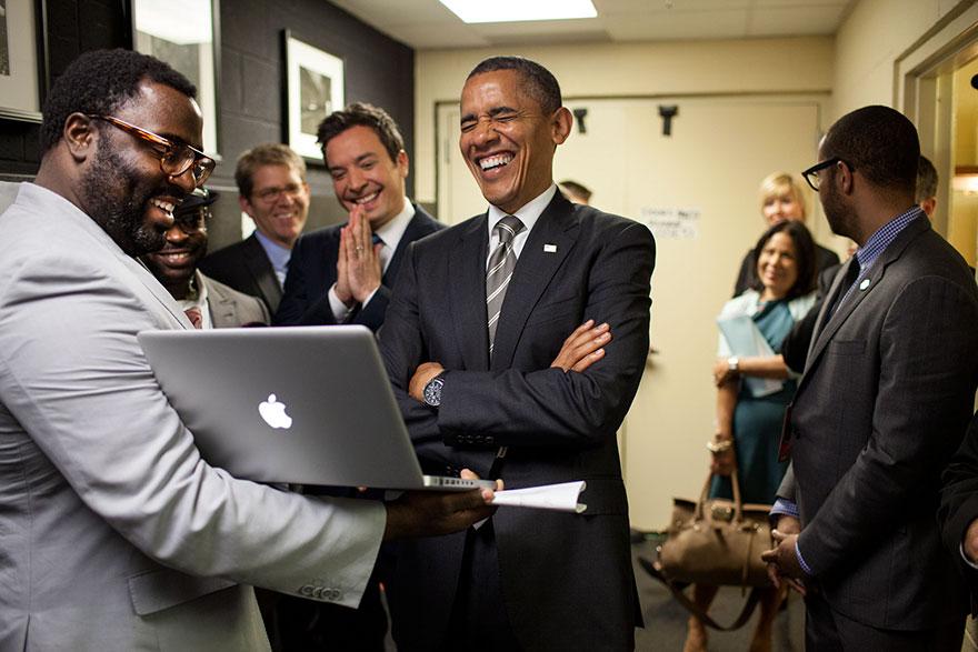 Il Presidente si lasciò sfuggire una grande risata mentre veniva informato dalla produttori e Mr. Fallon su 'lento Jam The News' Segmento