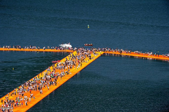 floating-piers-open-christo-jeanne-claude-italy-21