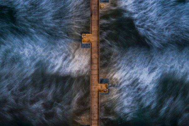 El agua en movimiento bajo muelle de Venecia