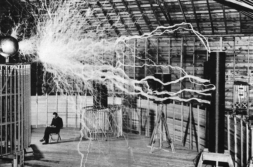 """Nikola Tesla Seduto nel suo laboratorio con il suo """"trasmettitore di ingrandimento"""""""