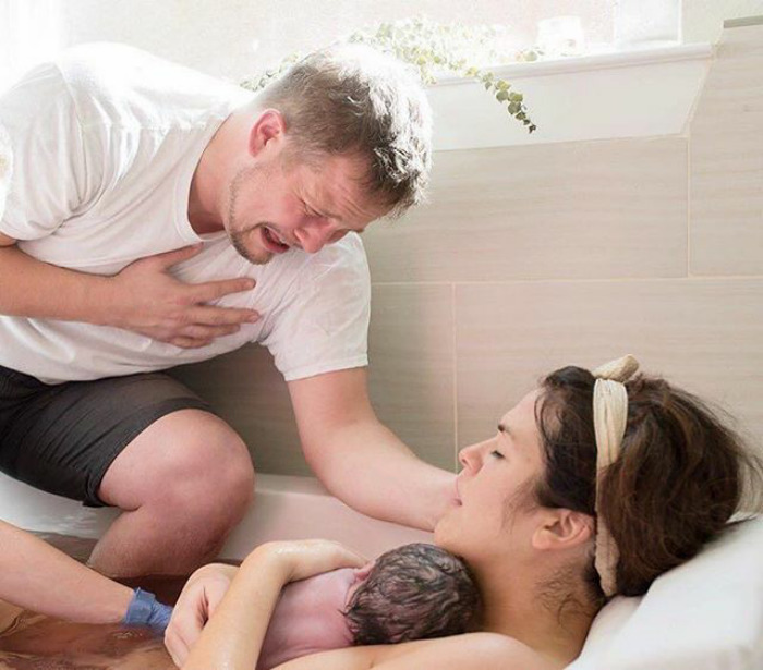Pregnancy-giving-birth-fathers-participating-delivery-room