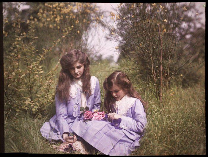 Irmãs sentadas em um jardim amarrando rosas juntas, 1911