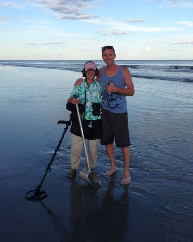 My Friend Lost His Wedding Ring In The Atlantic Ocean And This Woman Found It With Her Metal Detector cuatro Hours Later