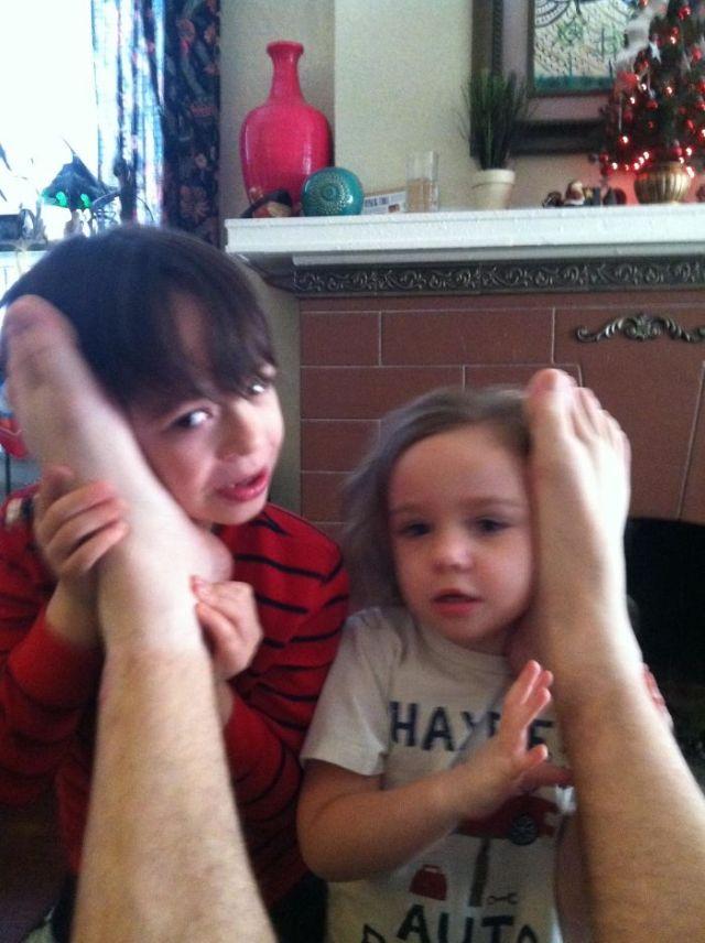 Mi esposa les afirmó a los pequeños que podían charlar con Papá Noel a través de los pies de papá