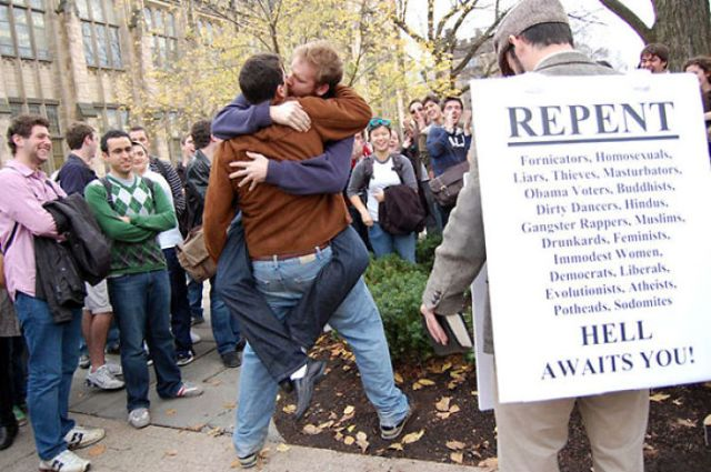 Predicador callejero troleado por estudiantes de Yale