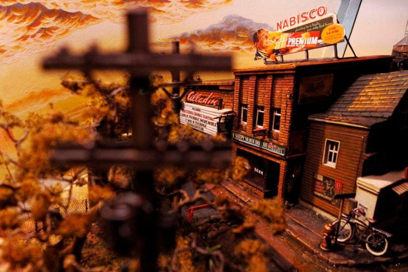 003  MG 5765 59d501a08e745  880 - Artista constrói mini cidade baseado em filme de Stephen King