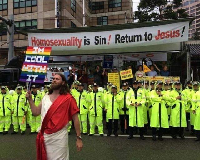 ¡La homosexualidad es pecado! ¡Volved con Jesús! / A mi me semeja bien