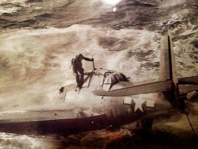 Foto De Mi Abuelo Saliendo De Su Avión Después De Que Lo Derribasen