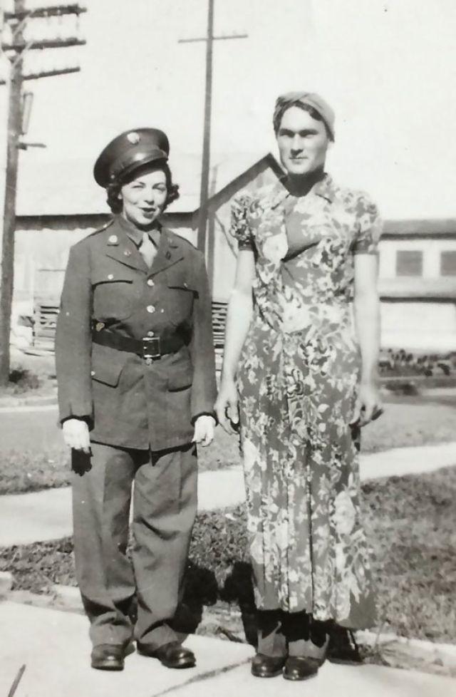 Mis Abuelos Cada Uno Con La Ropa Del Otro, 1943