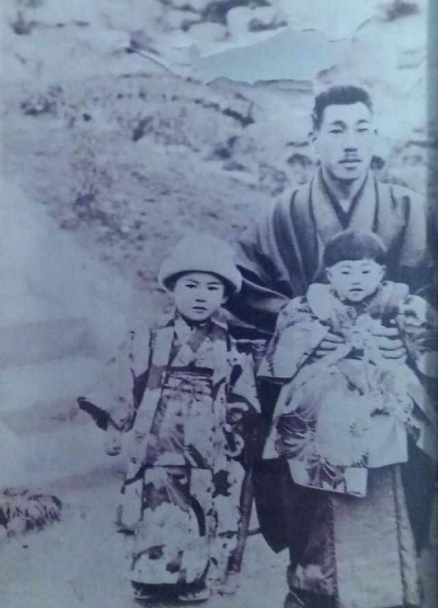 Mi Tatarabuelo, Samurai De Un Niño Pueblo Minero En Kyushu, Posando Con Mi Abuela Y Una De Sus Hermanas ~1900