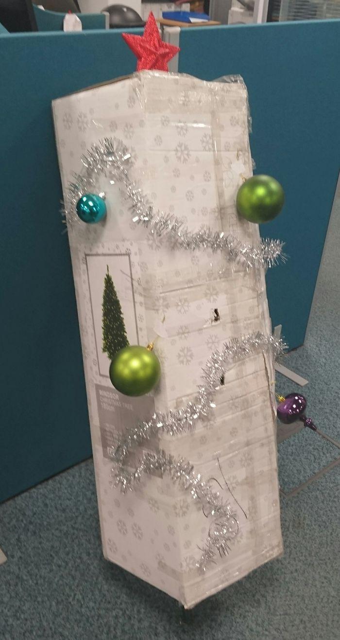 De kerstboom opzetten op een manier als je lui bent aangelegd