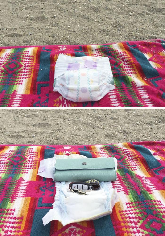 Mete tus objetos valiosos en un pañal para que no corran peligro en la playa