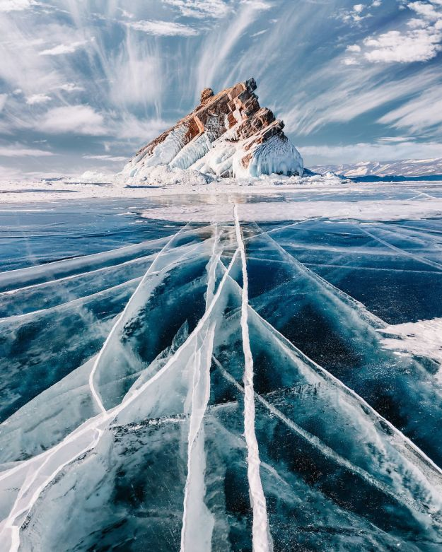 I-Walked-On-Frozen-Baikal-The-Deepest-And-Oldest-Lake-On-Earth-To-Capture-Its-Otherworldly-Beauty-Again-5abcb449b51c0__880 I Walked On Frozen Baikal, The Deepest And Oldest Lake On Earth To Capture Its Otherworldly Beauty Again Design Photography Random