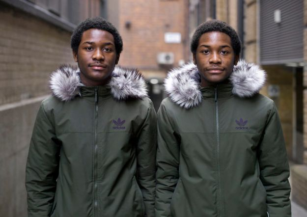 london-identical-twin-portraits-alike-but-not-like-peter-zelewski-14-5abb65d65fdd3__880 Portraits Of Identical Twins Show Just How Different They Are Art Design Photography Random