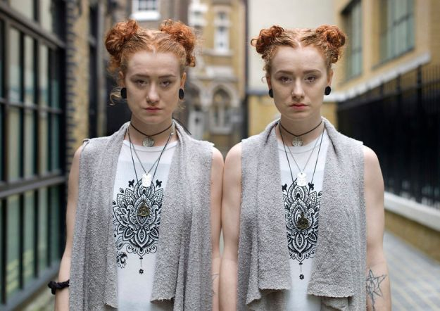 london-identical-twin-portraits-alike-but-not-like-peter-zelewski-18-5abb65de58dad__880 Portraits Of Identical Twins Show Just How Different They Are Art Design Photography Random