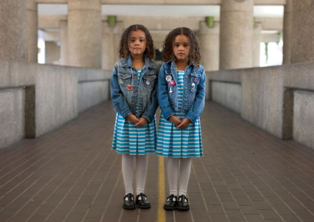 london-identical-twin-portraits-alike-but-not-like-peter-zelewski-20-5abb65e1dc1e2__880 Portraits Of Identical Twins Show Just How Different They Are Art Design Photography Random