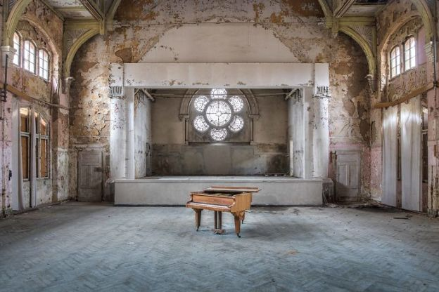 requiem-pour-pianos-28-5adc42961b4c8__700 I Travel Through Europe In Search Of Forgotten Pianos In Abandoned Places Design Photography Random