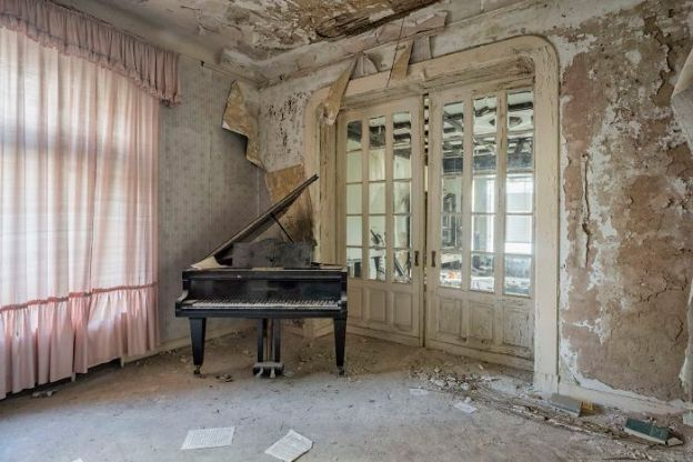 requiem-pour-pianos-6-5adc4202c82af__700 I Travel Through Europe In Search Of Forgotten Pianos In Abandoned Places Design Photography Random