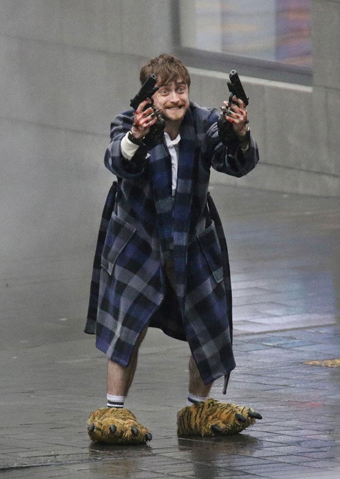 harry-potter-daniel-radcliffe-holding-guns-in-bear-feet-twitter-reactions-2