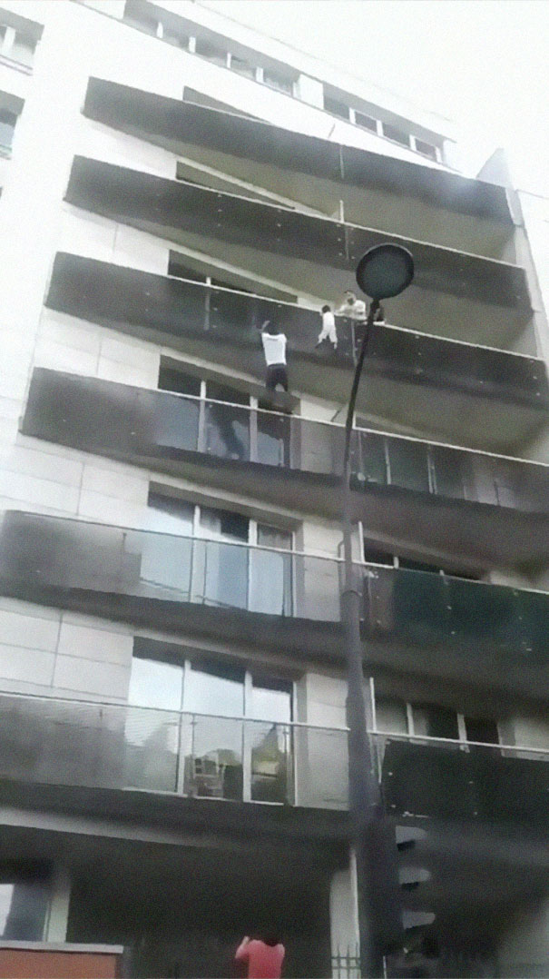 man-rescue-boy-mamoudou-gassama-paris-5-5b0bb0857a5ad__605 African Immigrant Climbs 4 Storeys With His Bare Hands In Less Than 30 Secs To Save 4-Year-Old Dangling From Balcony Design Random
