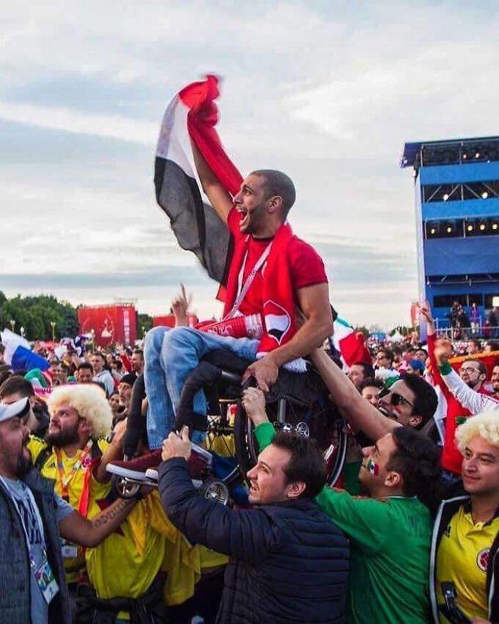 Fan egipcio levantado por admiradores mexicanos y colombianos para poder ver su equipo Jugar