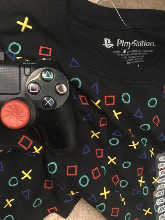 Esta camiseta oficial de Playstation con los colores de círculo, X y triángulo incorrectos