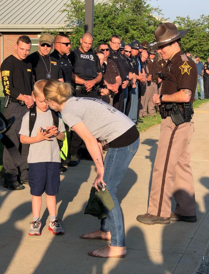 Niño pequeño es escoltado por 70 policías en su primer día de clases después de que muriera su padre