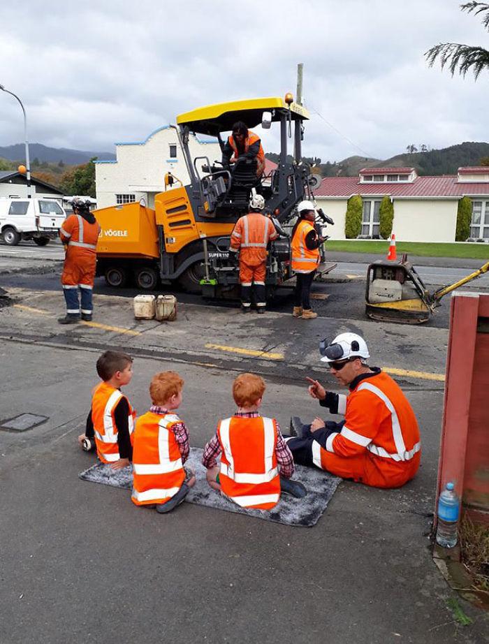 Estos obreros son impresionantes. Este hombre se ha sentado por unos minutos para explicarle a nuestros muchachos todo sobre las obras viales