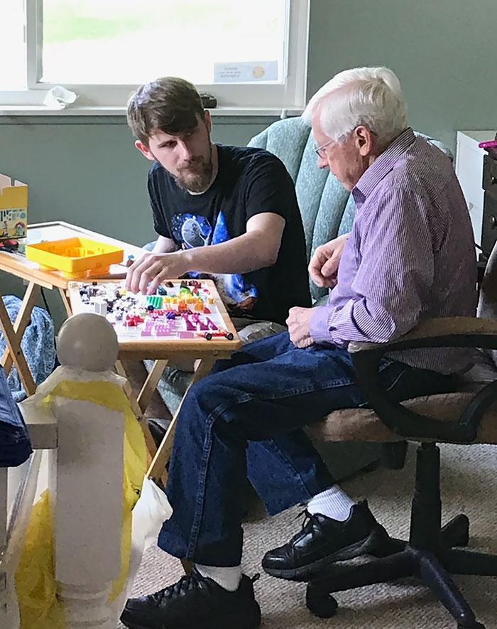 Mi abuelo está perdiendo rápidamente la función cerebral a medida que envejece. Pensé en probar Legos este fin de semana. Le conseguí una caja pequeña. Básicamente solo clasificamos por colores hasta ahora. Parece una buena manera de mantenerse pensativo