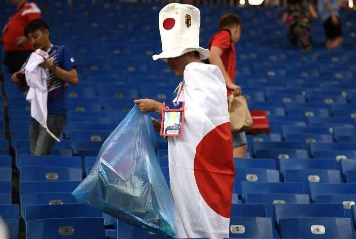 Japón bajó a un gol de 94º minuto. Y aún así los fanáticos se quedaron atrás después del silbato final para recoger basura y limpiar el estadio