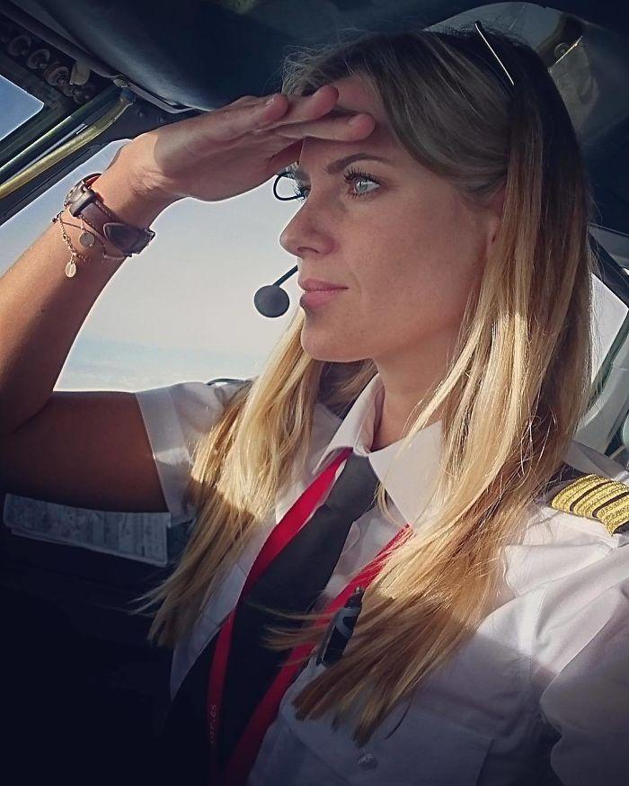 BfBD1UGg20a png  700 - Piloto sueca gata é sucesso no Instagram
