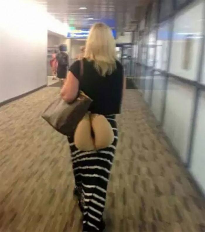 Hay un mal y un derecho Manera de llevar su almohada de cuello de color beige a través del aeropuerto