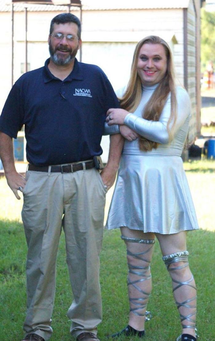 Boss y compañero de trabajo hicieron una apuesta de pérdida de peso - Perdedor tuvo que cruzar el vestido. That Is His Real Hair Aunque