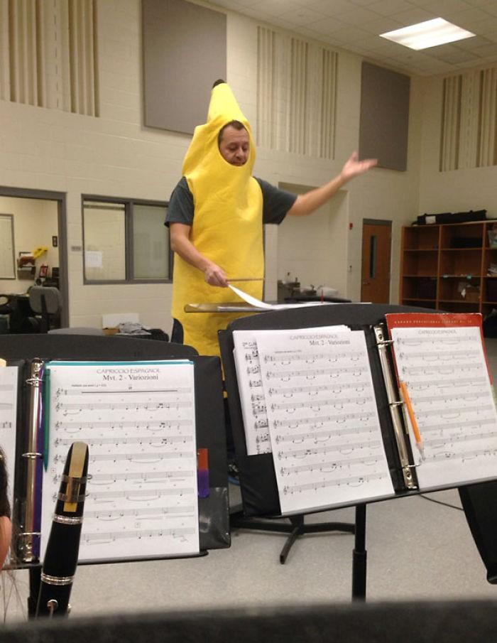El director de mi banda perdió una apuesta y tuvo que ponerse un traje de plátano todo el día