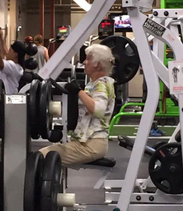 Tiene una competición de baile, su pareja tiene mas de 90 y esta algo débil, así que tiene que ejercitar para sostenerle