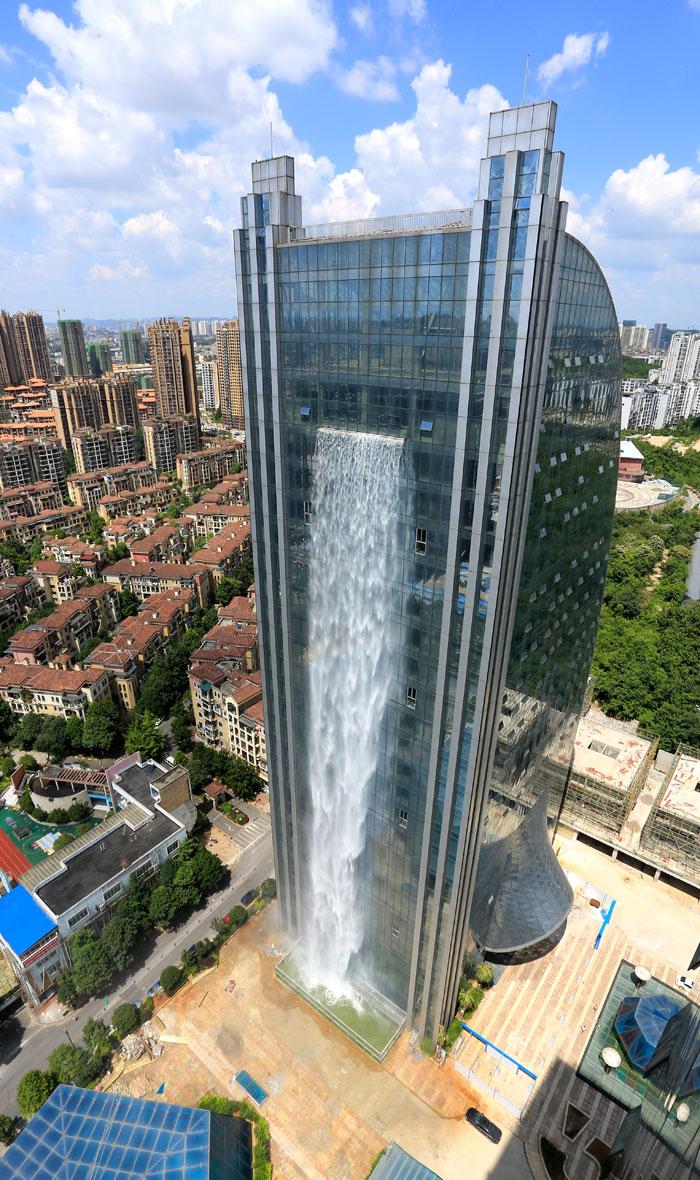 massive artificial waterfall skyscraper china guiyang 26 - Prédio com cachoeira entra em discórdia na China