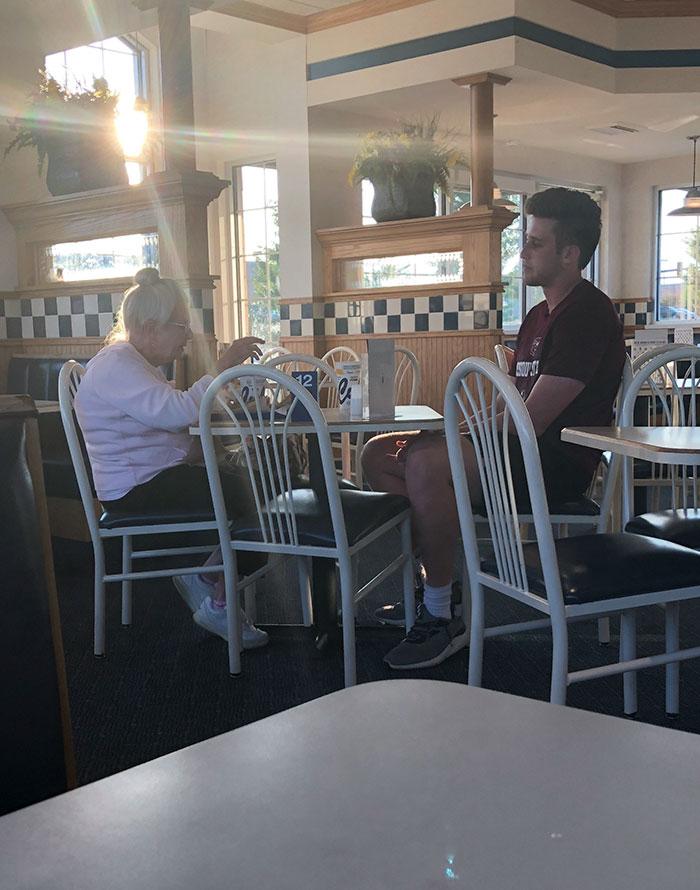 El hombre joven entra solo, ve a la anciana comiendo sola, pide unirse a ella. Amigos instantáneos. Esto es lo que está bien en el mundo