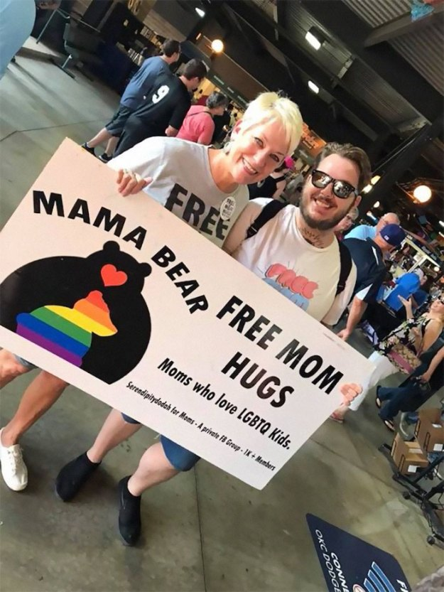 free-mom-hugs-lgbtq-pride-austin-new-church-texas-jen-hatmaker-7-5b76d3cca7d4a__700 Church Offers 'Free Mom Hugs' To People Shunned By Their Families For Being Gay, And Their Reactions Are Heart-Melting Design Random