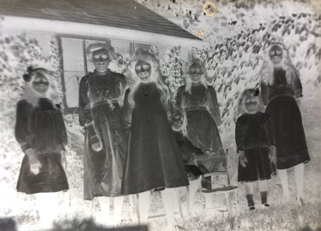 mystery-old-box-negatives-photos-scott-pack-5b7bbab3acd43__700 Man Finds 100-Year-Old Photo Negatives Inside Old Box He Buys For £4, Son 'Develops' Them Using Photoshop Design Random