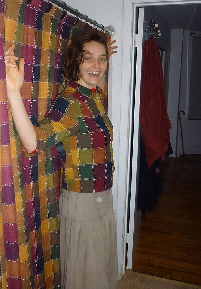 """La primera vez que mi amiga visitó mi apartamento en el que estaba asombrada de que mi cortina de baño se veía """"exactamente"""" como una de sus camisas. La siguiente semana volvió a demostrar"""