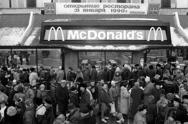 first-mcdonald-restaurant-opens-soviet-union-moscow-russia-1900-1-5b963c53ae39f__700 The First McDonald's In Moscow Opened In 1990, And These 27 Pics Show How Insane It All Was Design Random